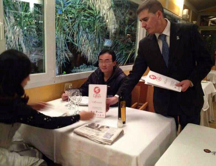 Guo Li y Bai De Fena cenando en el restaurante La Raza.